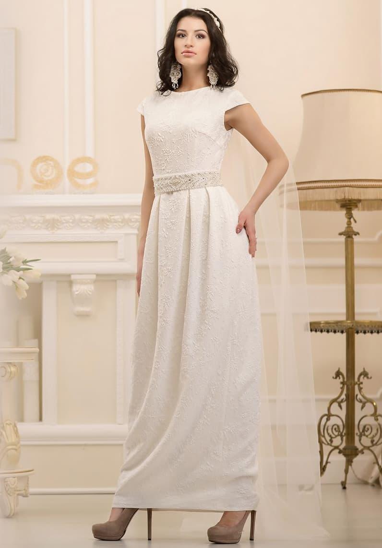 Прямое свадебное платье с короткими рукавами и узким поясом, покрытым слоем бисера.