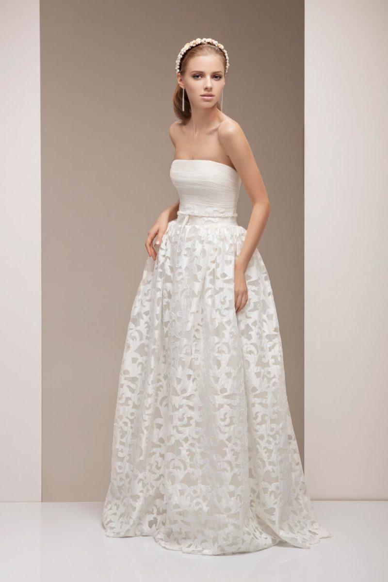 Торжественное свадебное платье с пышной юбкой и открытым лифом с прямым вырезом.