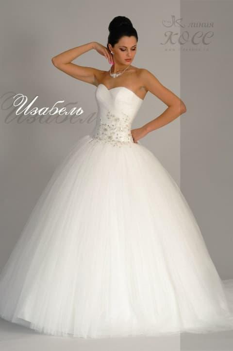 Пышное свадебное платье, украшенное вышивкой по корсету на талии.