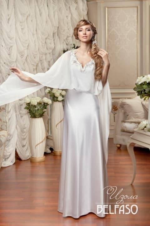 Невероятное свадебное платье с прямым силуэтом из атласа и роскошной тонкой пелериной.