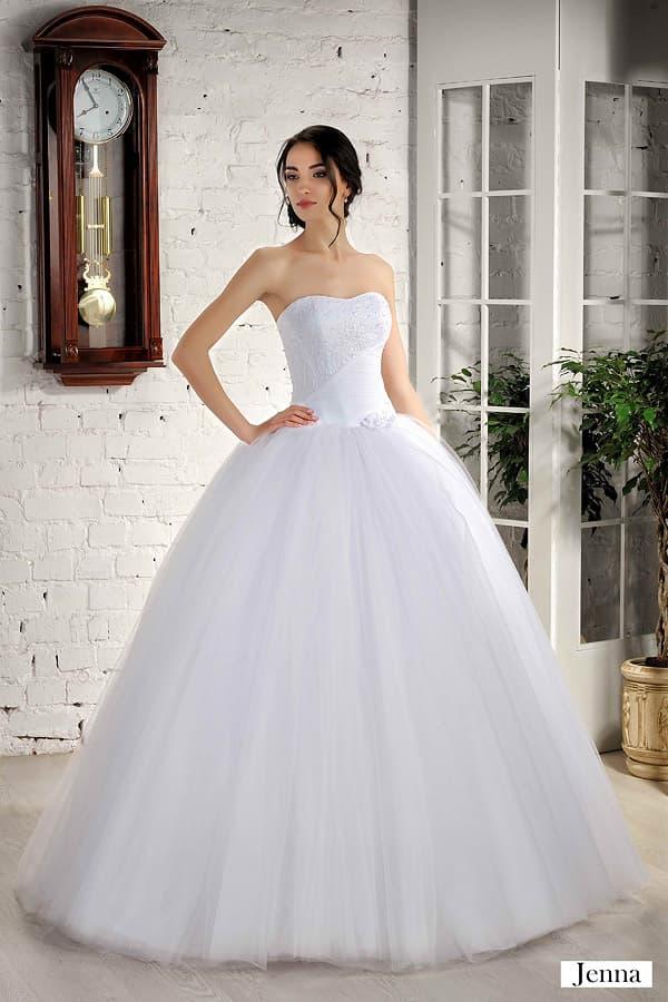 Лаконичное свадебное платье с традиционной пышной юбкой и открытым лифом.