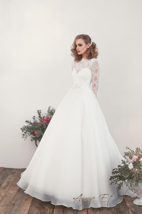 Закрытое свадебное платье с фигурным вырезом и юбкой «принцесса».