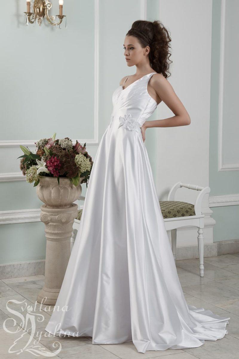 Атласное свадебное платье с оригинальным вырезом на спинке.
