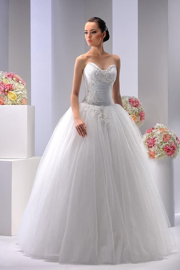 Шикарное свадебное платье с юбкой из тюльмарина и вышивкой по открытому декольте.