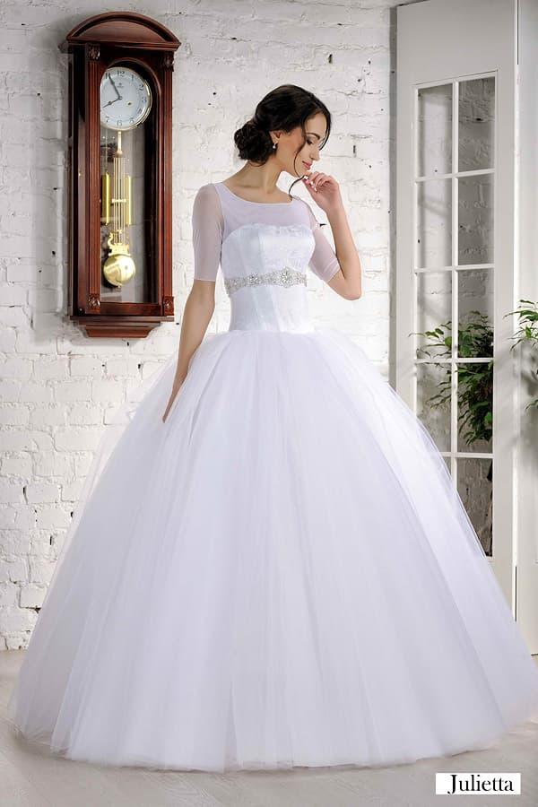 Пышное свадебное платье с коротким рукавом и глянцевым корсетом из атласа.