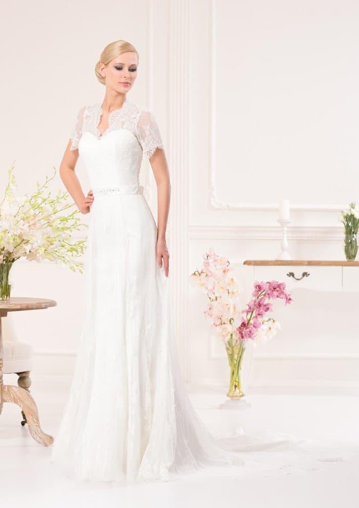 Прямое свадебное платье с V-образным декольте и короткими кружевными рукавами.