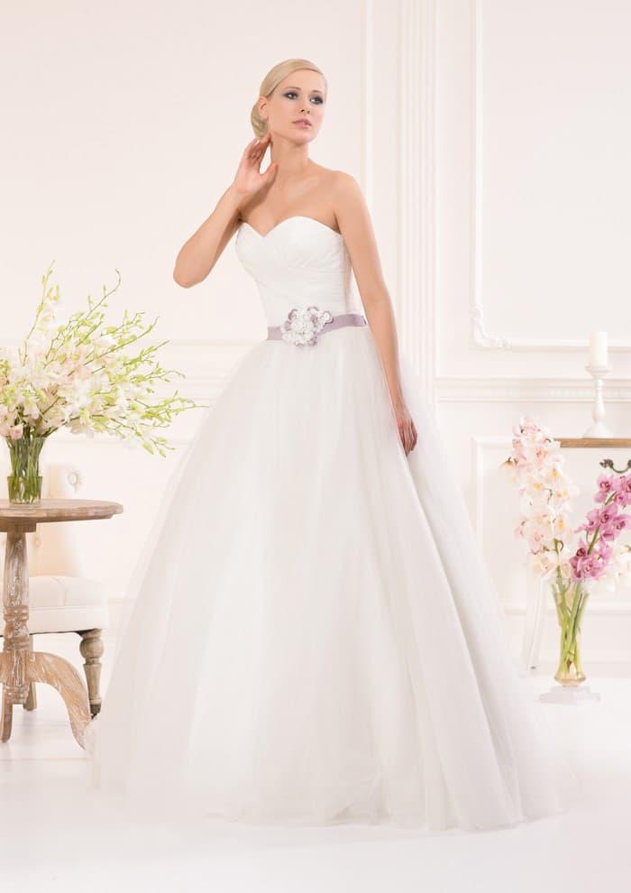 Романтичное свадебное платье с открытым лифом в форме сердца и цветным поясом.
