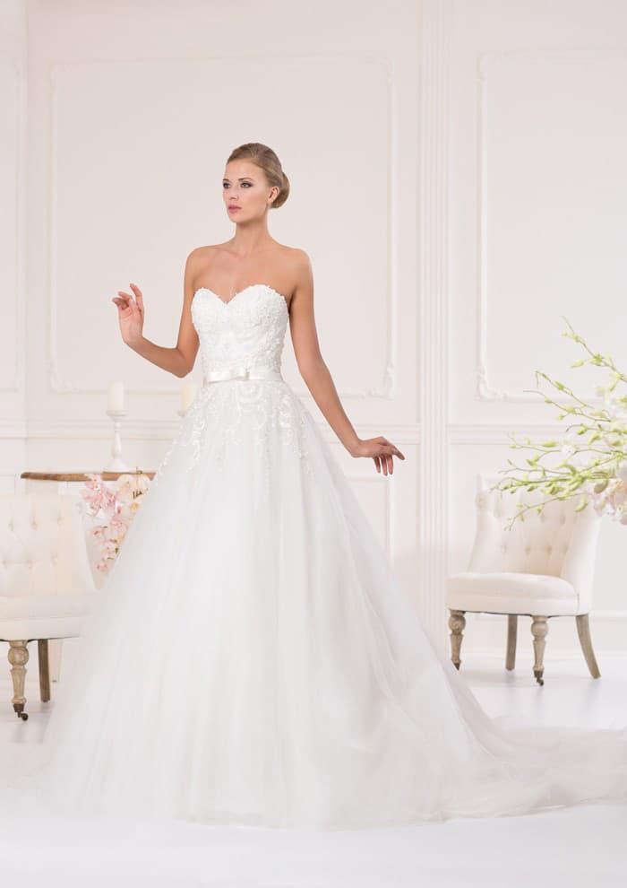 Свадебное платье «трапеция» с кружевным лифом в форме сердца и элегантным поясом.