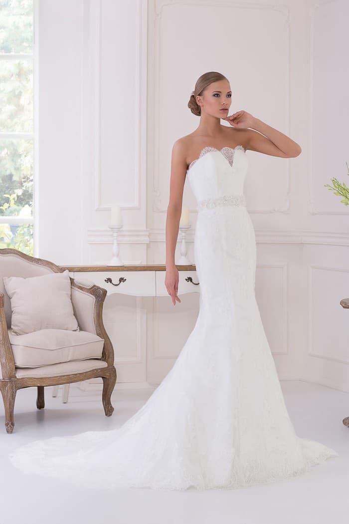 Свадебное платье с небольшим V-образным вырезом и изящной юбкой силуэта «рыбка».