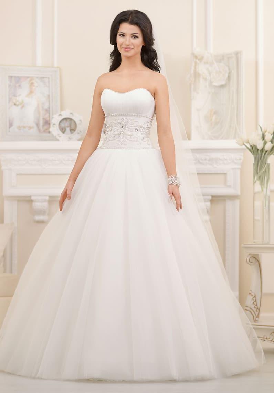Изысканное свадебное платье с широкой полосой бисерной вышивки по естественной линии талии.