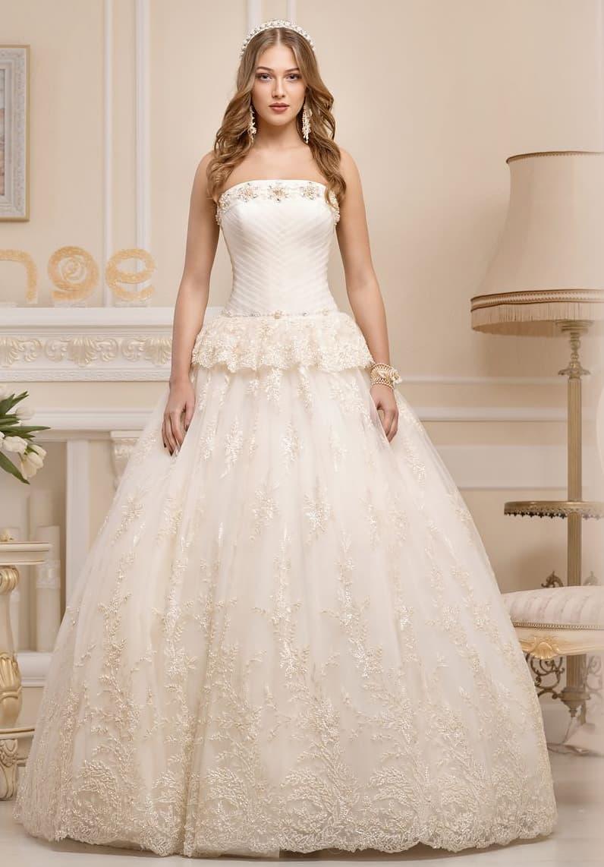 Оригинальное свадебное платье пышного кроя с драпировками на корсете и кружевной баской.