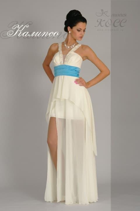 Свадебное платье с широким голубым поясом и прямой полупрозрачной юбкой.