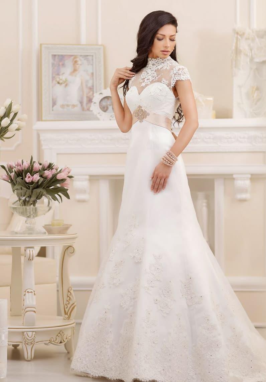 Закрытое свадебное платье с высоким кружевным воротником и атласным поясом кремового цвета.