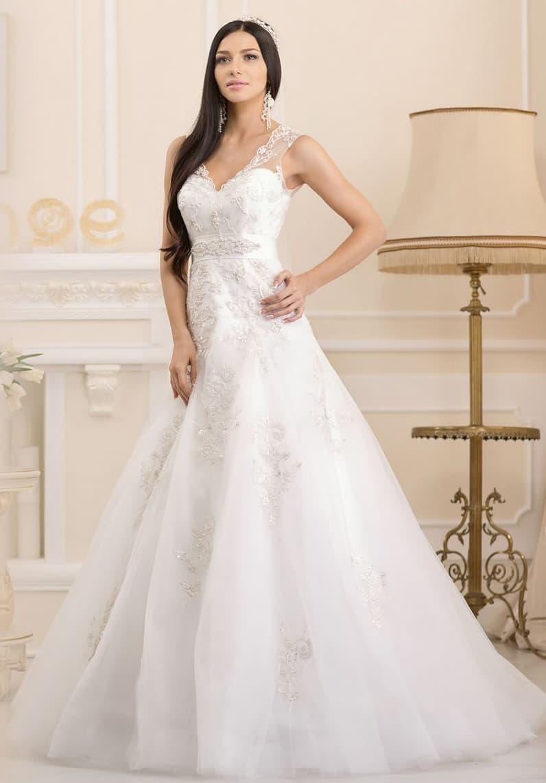 Свадебное платье «принцесса» с открытым лифом, оформленным полупрозрачной тканью.