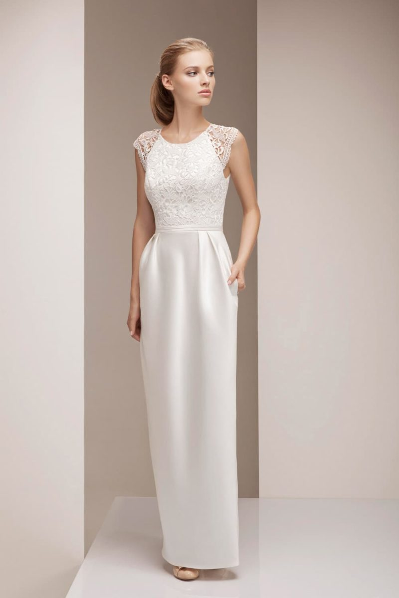 Прямое свадебное платье с кружевным верхом, коротким рукавом и юбкой из атласа.