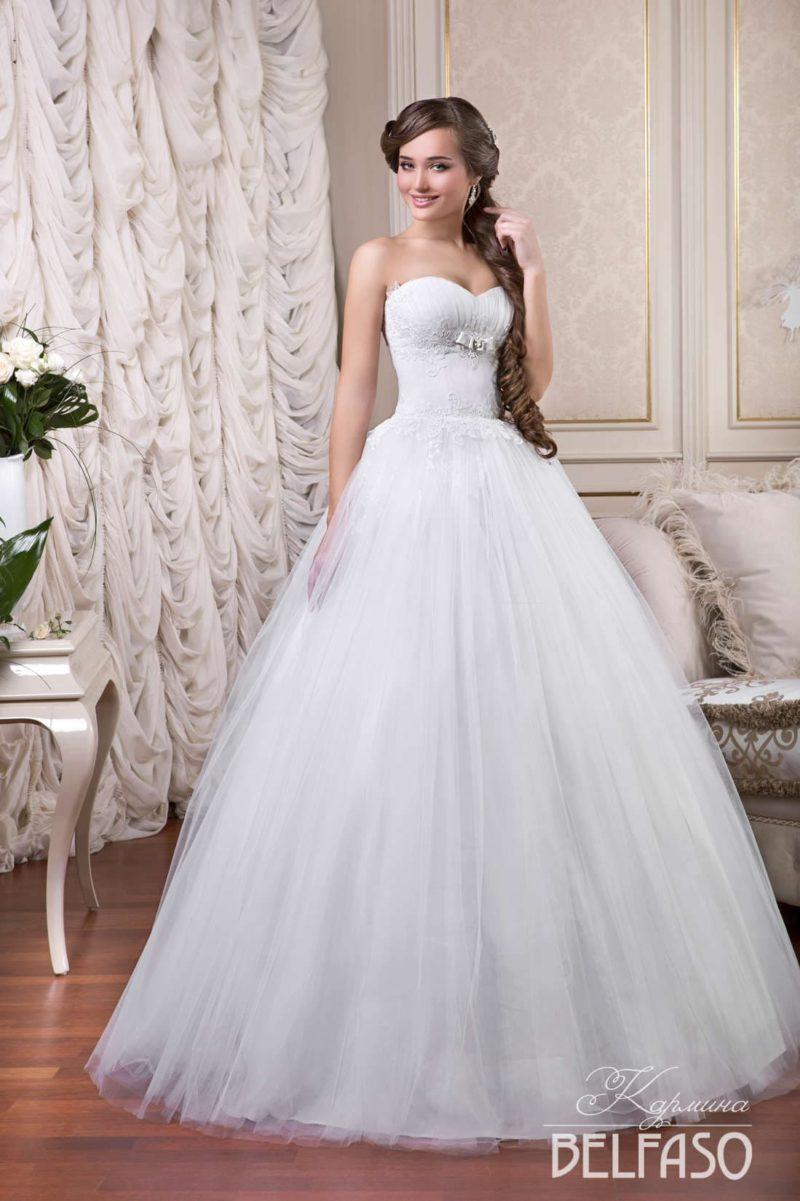 Торжественное свадебное платье с лаконичным подолом и открытым корсетом с лифом-сердечком.