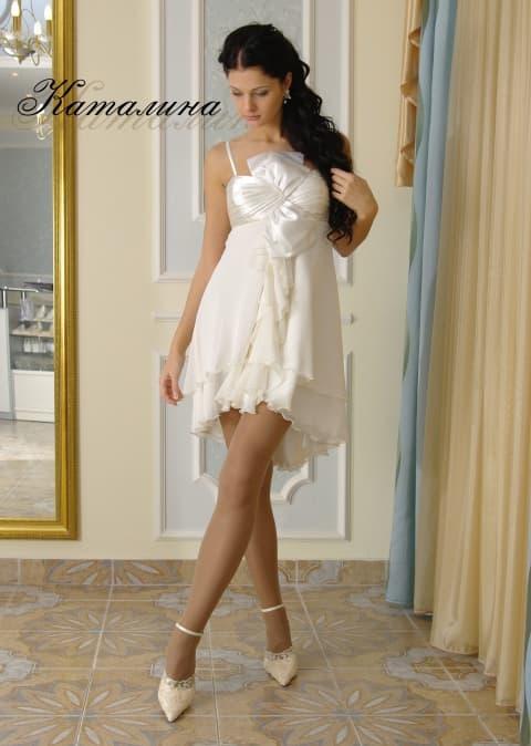 Короткое свадебное платье с глянцевым лифом и многослойной юбкой.