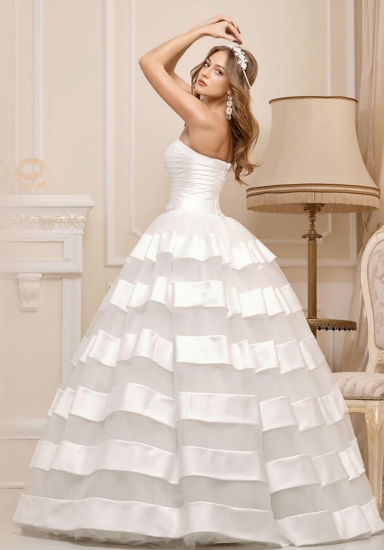Шикарное свадебное платье пышного кроя с атласными полосами отделки по подолу.