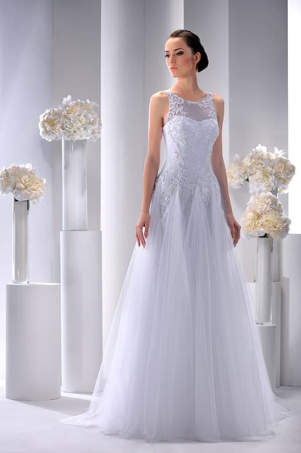 Свадебное платье с юбкой необычного кроя и округлым вырезом с кружевом.