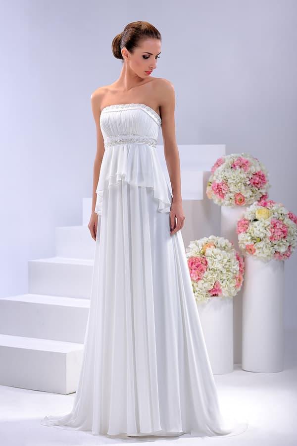 Свадебное платье прямого кроя с многоуровневой юбкой с оборками.