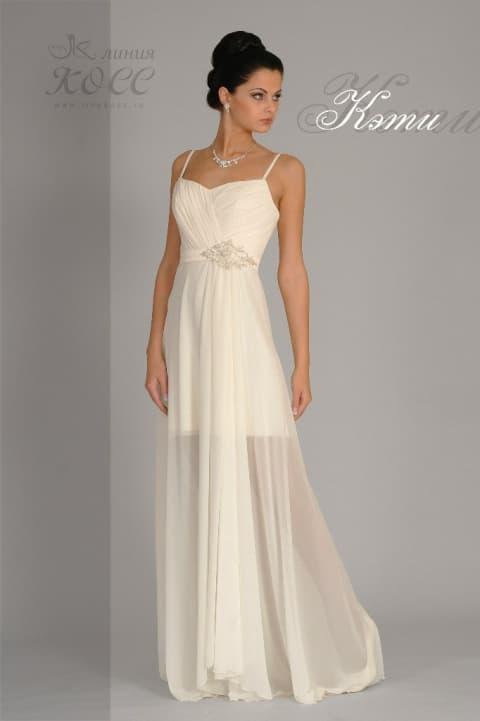Прямое свадебное платье цвета слоновой кости с полупрозрачной юбкой.