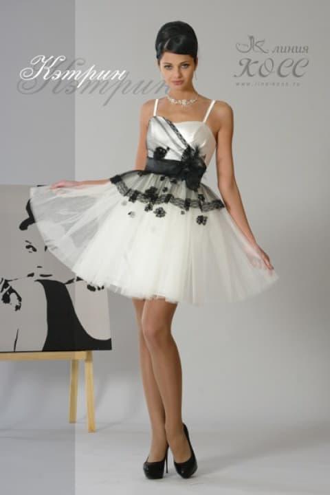 Короткое свадебное платье с контрастным черным декором и тонкими бретелями.