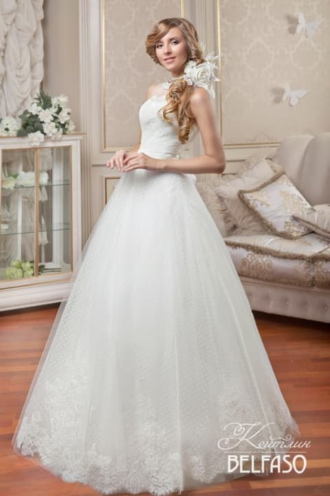 Свадебное платье «принцесса» с элегантным открытым корсетом и кружевной отделкой.
