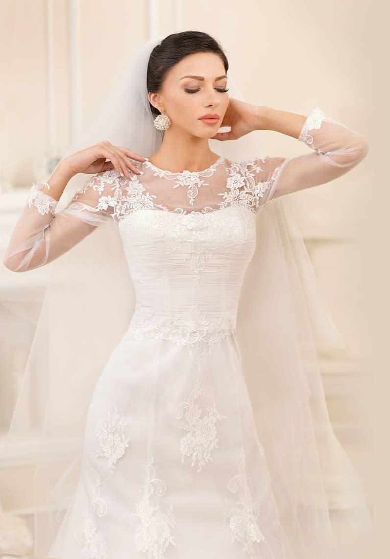 Кружевное свадебное платье в лаконичном стиле, с округлым вырезом под горло.