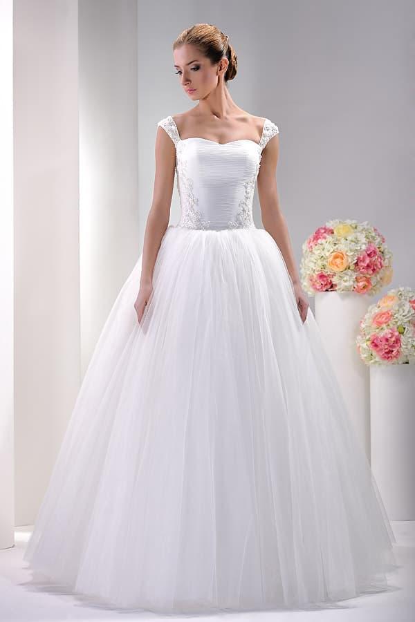 Женственное свадебное платье с горизонтальными драпировками по корсету.