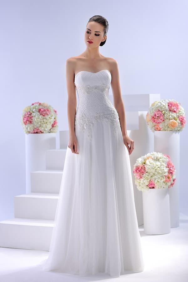 Открытое свадебное платье с деликатным вырезом и кружевной отделкой корсета.