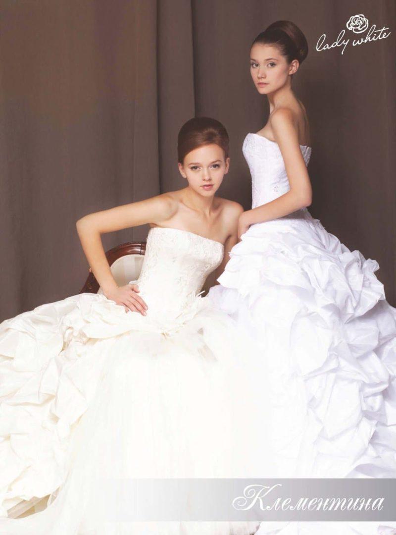 Открытое свадебное платье с драматичными оборками по юбке.