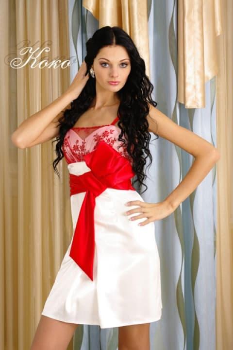 Короткое свадебное платье с алым атласным поясом и кружевом на лифе в тон.