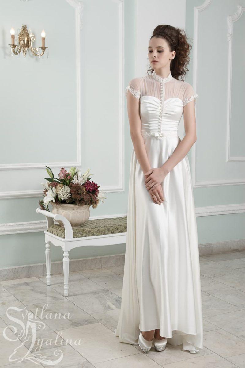 Прямое свадебное платье с атласной юбкой и коротким полупрозрачным рукавом.