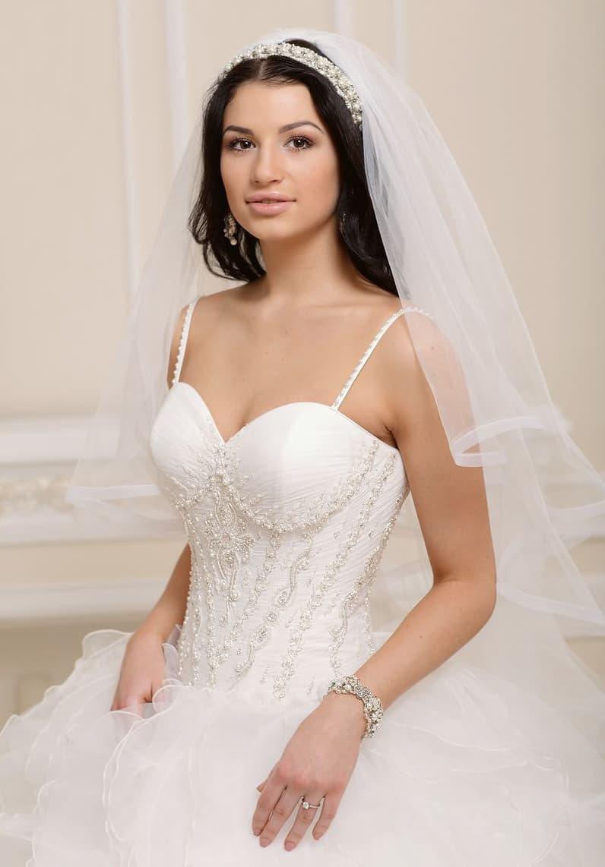 Торжественное свадебное платье в традиционном стиле, с вышивкой на корсете и узкими бретелями.