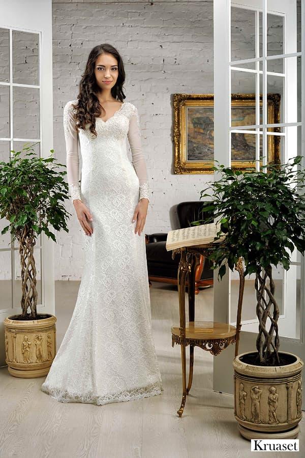 Свадебное платье «рыбка» с V-образным декольте и тонким длинным рукавом.