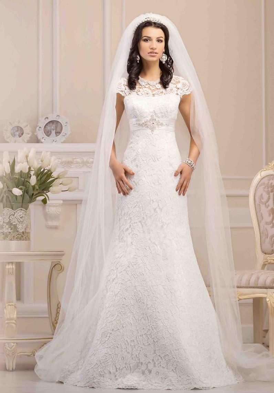 Облегающее свадебное платье с завышенной линией талии и короткими рукавами из плотного кружева.