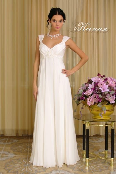 Свадебное платье с завышенной линией талии и широкими бретелями.