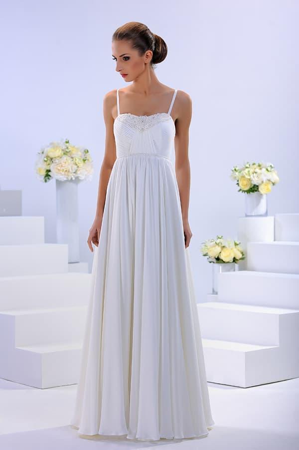 Свадебное платье в греческом стиле, с бретелями-спагетти и вышивкой.