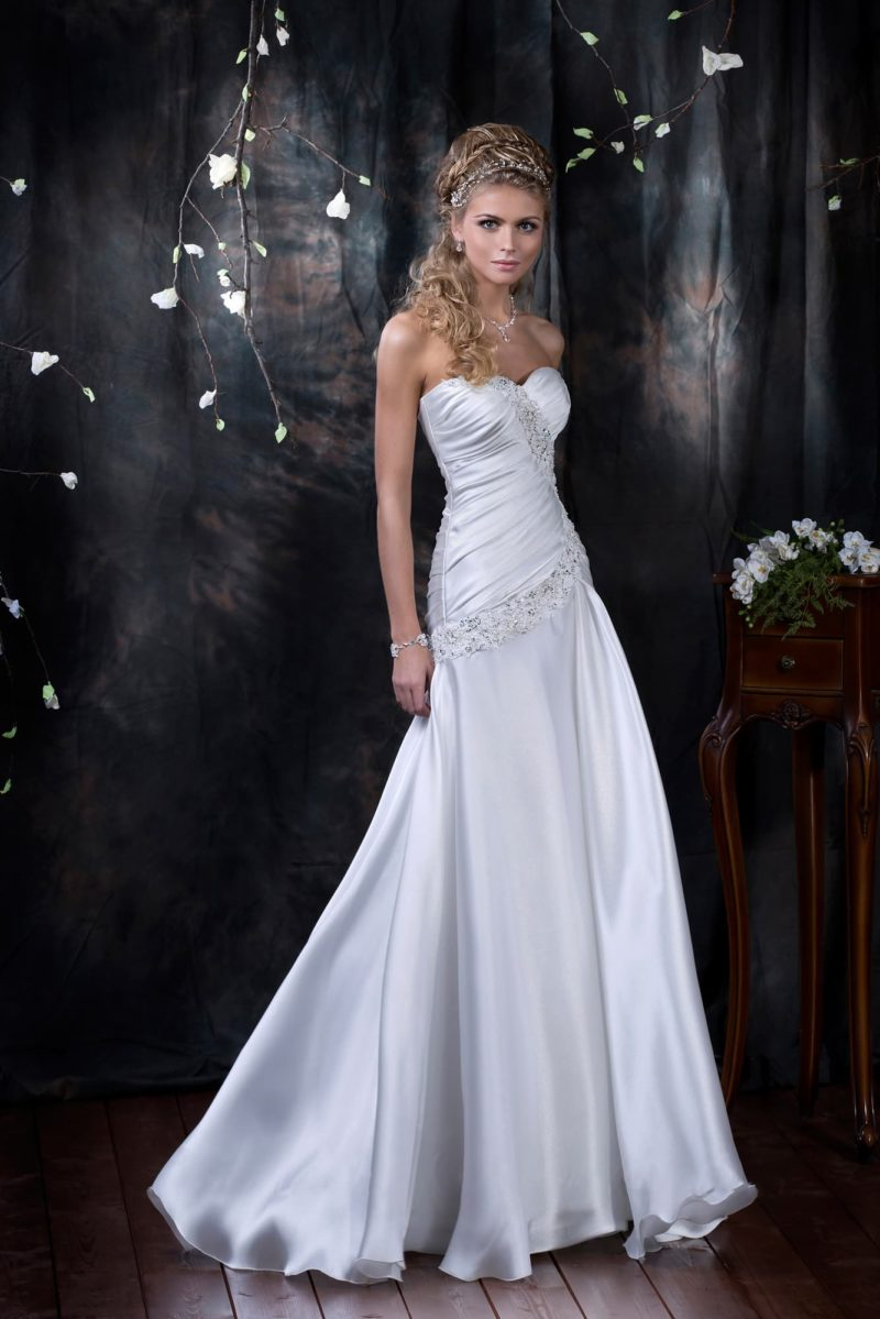 Атласное свадебное платье с чувственными драпировками и вышивкой по корсету.