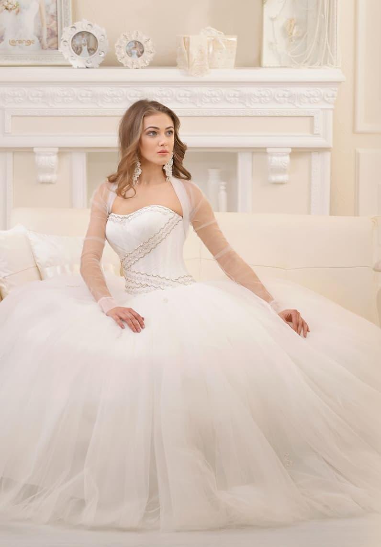 Нежное свадебное платье с полупрозрачным болеро с длинным рукавом и пышной воздушной юбкой.