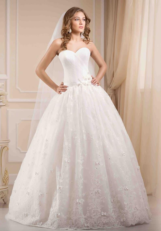 Утонченное свадебное платье с классическим лифом и объемным бутоном на линии талии.
