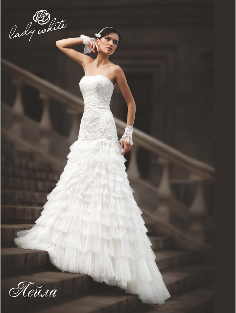 Открытое свадебное платье А-силуэта с вышивкой воланами.
