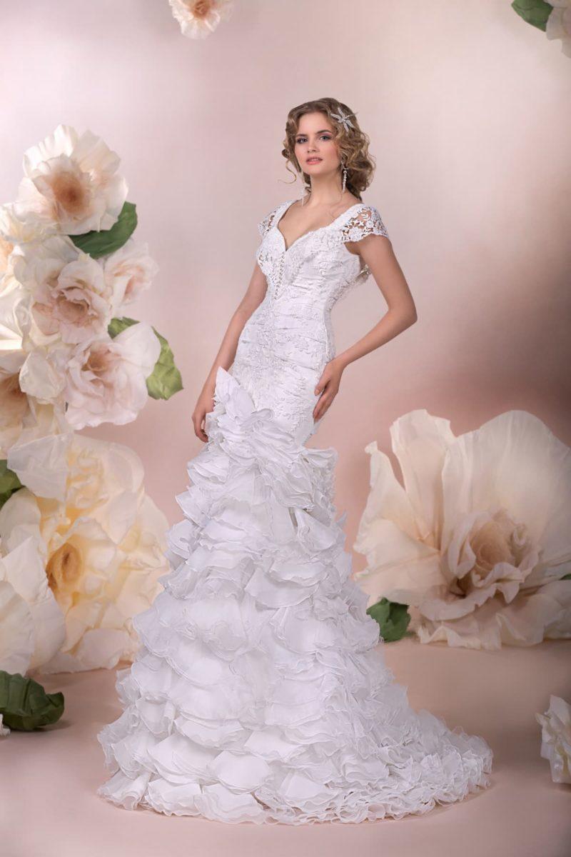Свадебное платье «русалка» с фактурными оборками по подолу и короткими кружевными рукавами.