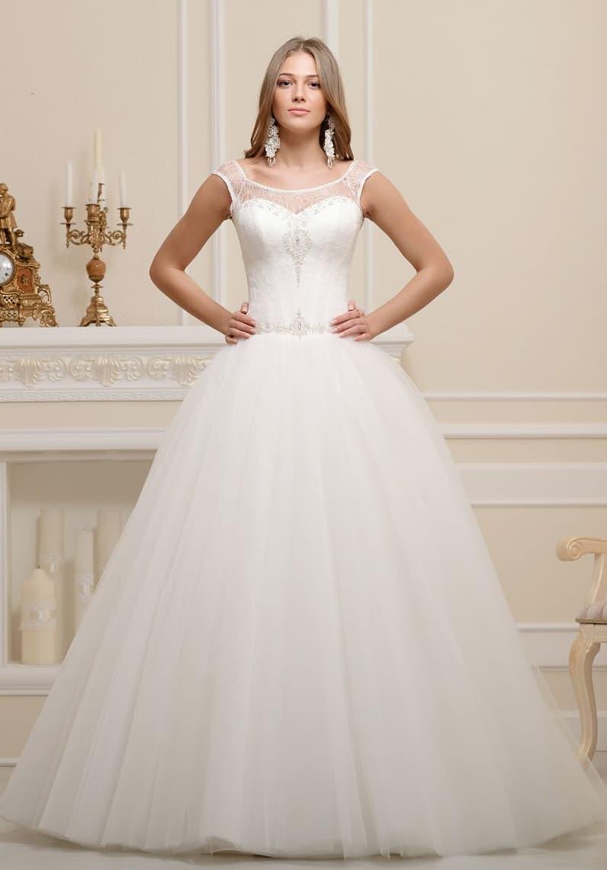 Пышное свадебное платье с вышивкой по линии талии и округлым вырезом под горло.
