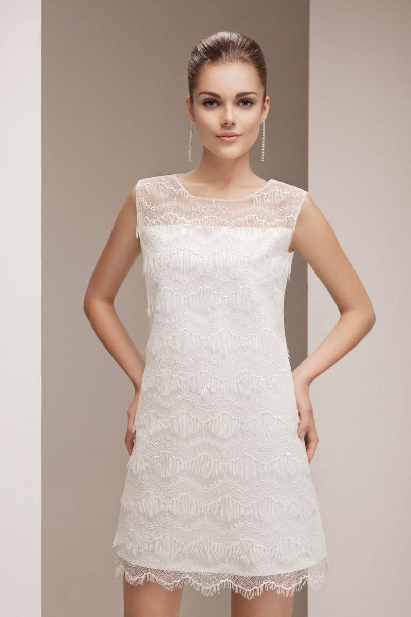 Короткое свадебное платье в винтажном стиле, полностью покрытое кружевной тканью.