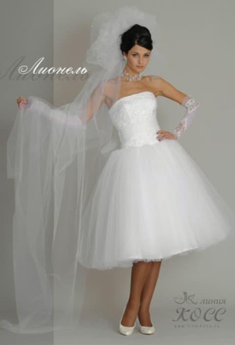 Оригинальное свадебное платье с пышной юбкой длиной чуть ниже колена.