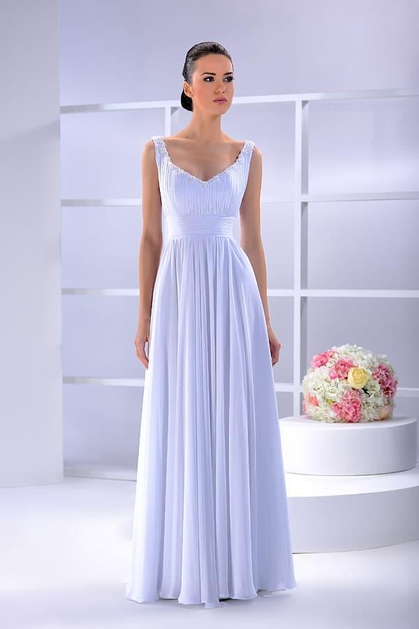 Свадебное платье из сияющей ткани, с V-образным декольте с широкими бретелями.