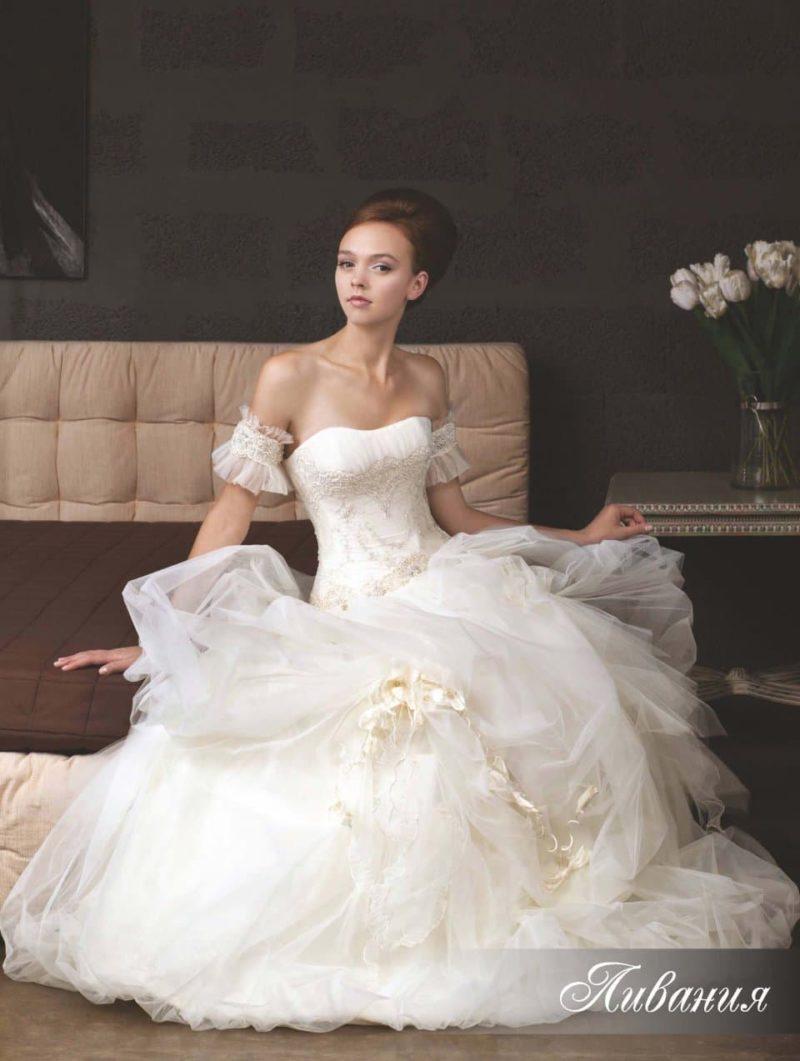 Пышное свадебное платье со спущенными бретельками.