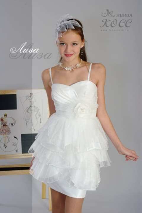 Короткое свадебное платье, покрытое множеством прозрачных оборок по юбке.