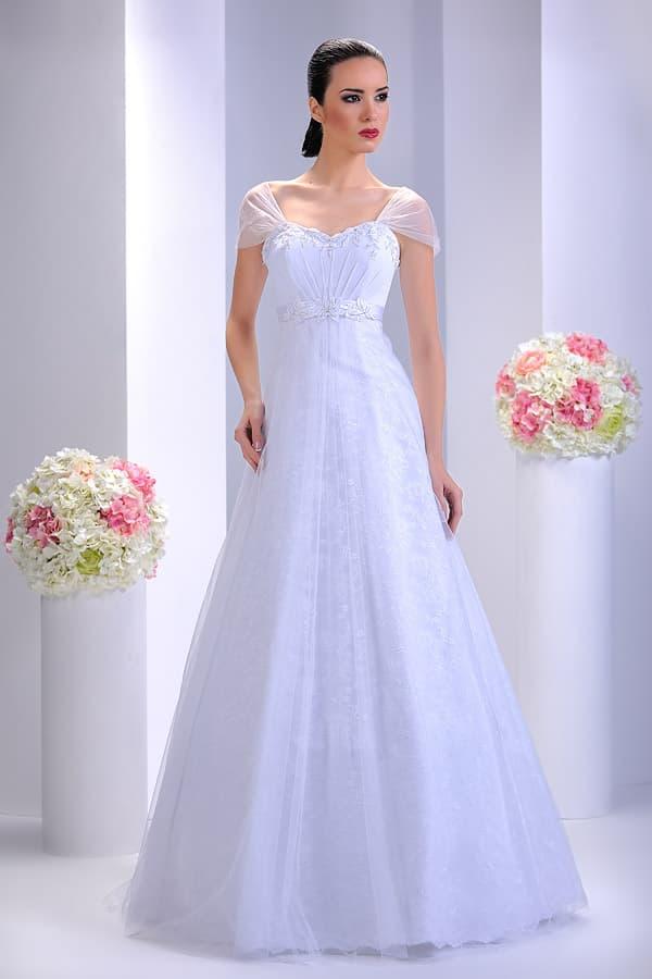 Свадебное платье А-силуэта с прозрачными рукавами и декором из вышивки.